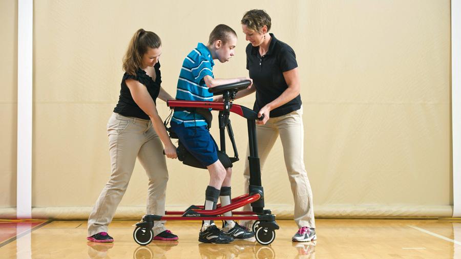 Utilice el sillín multiposicionador del Pacer Dinámico para transferir una persona de la silla de ruedas al andador